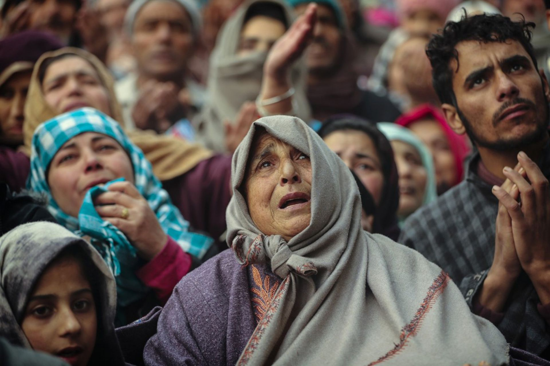 Los devotos musulmanes de Cachemira ofrecen oración fuera del santuario del santo sufí Sheikh Syed Abdul Qadir Jeelani en Srinagar