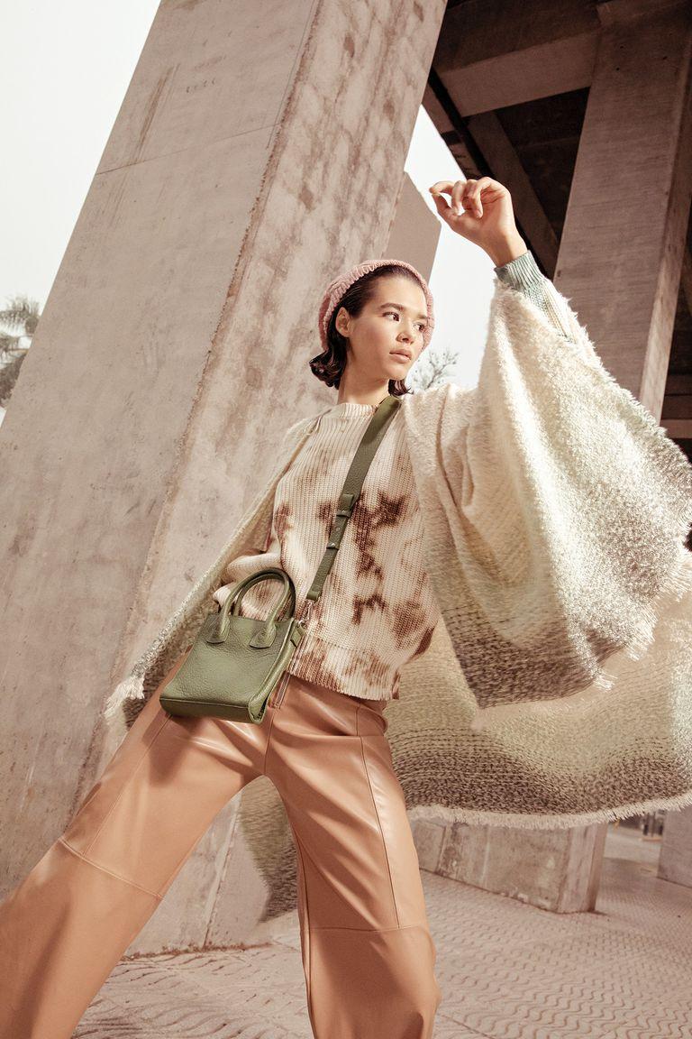 Poncho tejido (Renner), suéter batik (Rapsodia), pantalón ancho de cuero (Mishka), boina tejida (Renner), mini bandolera de cuero (Mishka)