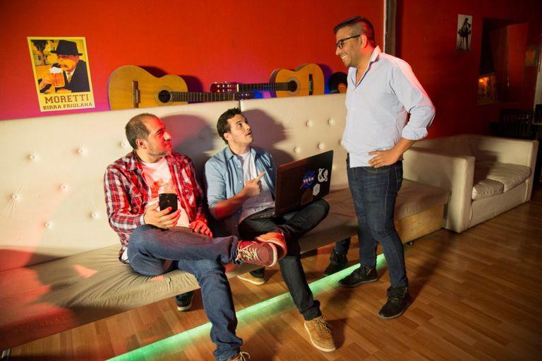 Los tres socios de RockingData son músicos y siempre hay algún instrumento dando vueltas por la oficina
