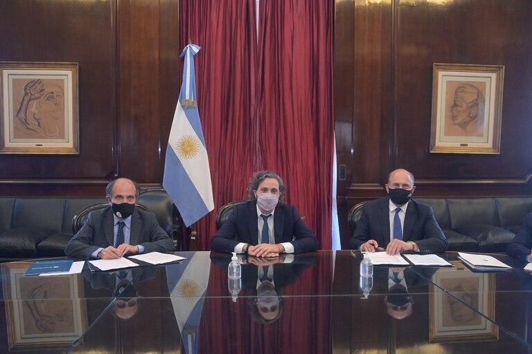 El presidente del BNA, Eduardo Hecker; el jefe de Gabinete, Santiago Cafiero, y el gobernador de Santa Fe, Omar Perotti