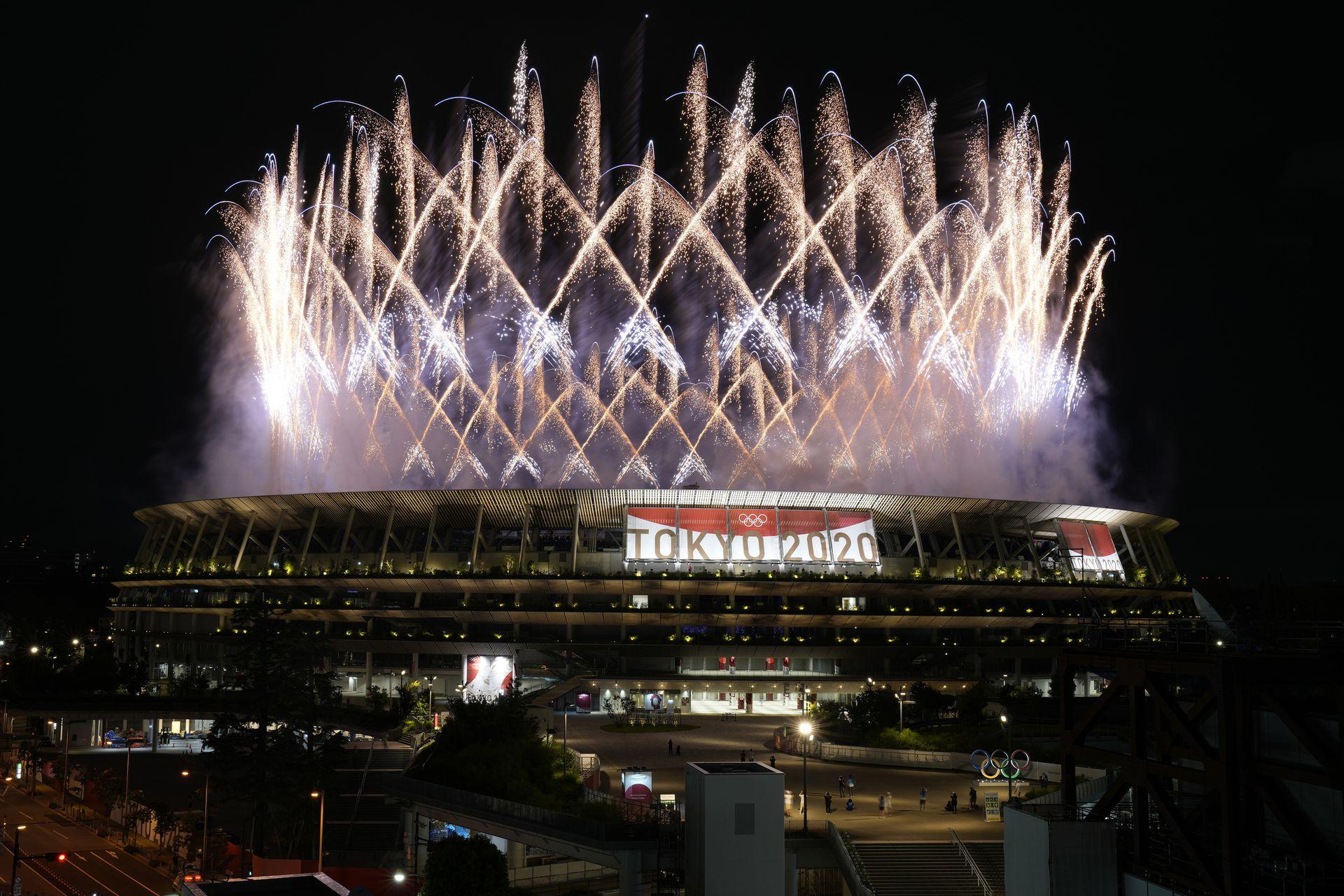 Los fuegos artificiales se iluminan sobre el Estadio Nacional durante la ceremonia de apertura de los Juegos Olímpicos de Verano de 2020, el viernes 23 de julio de 2021, en Tokio