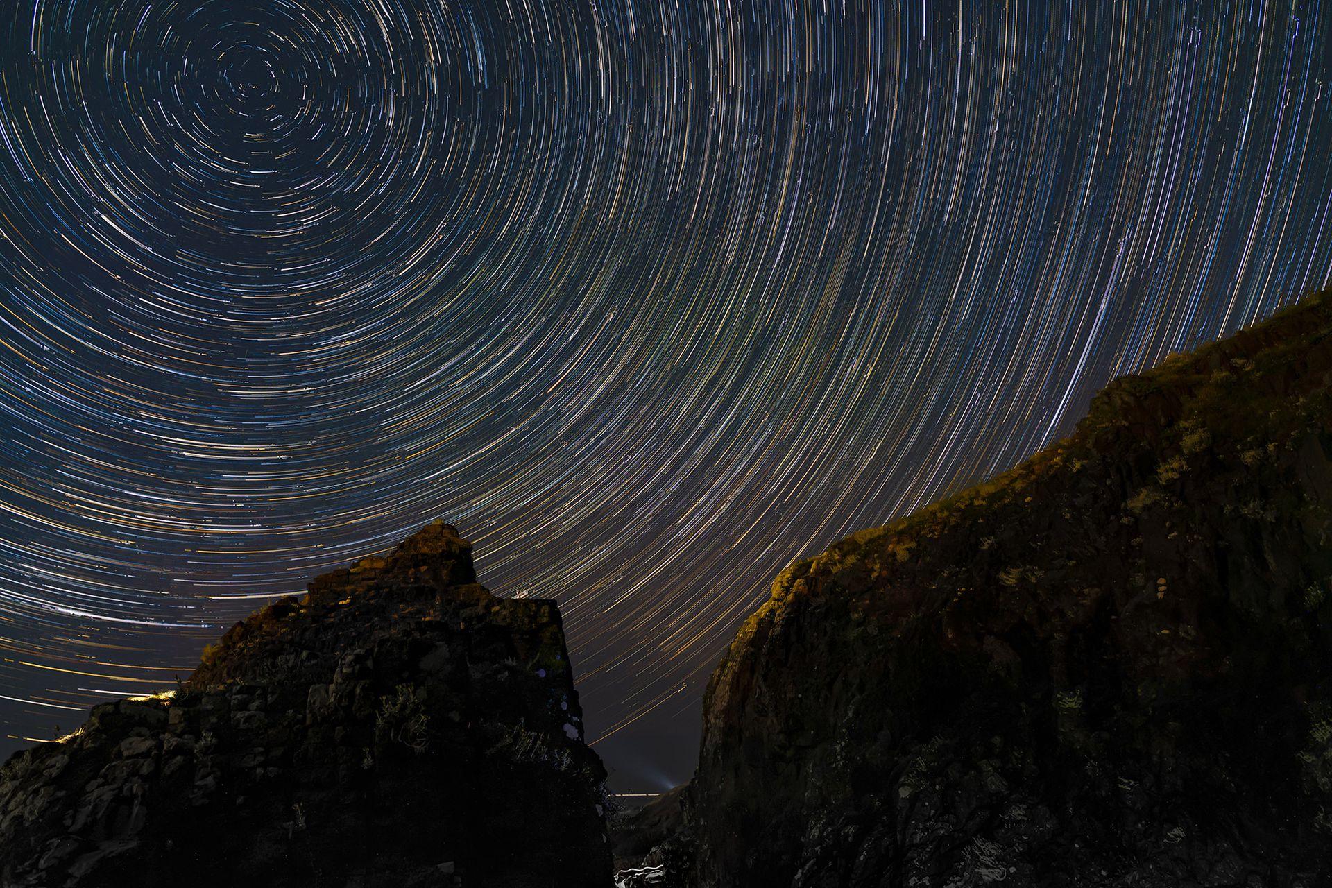 Las fotos que retratan rastros de estrellas llevan un largo rato. En esta se registra el movimiento constante. La imagen esta compuesta por aproximadamente 100 fotos tomadas a lo largo de una hora y luego unidas.