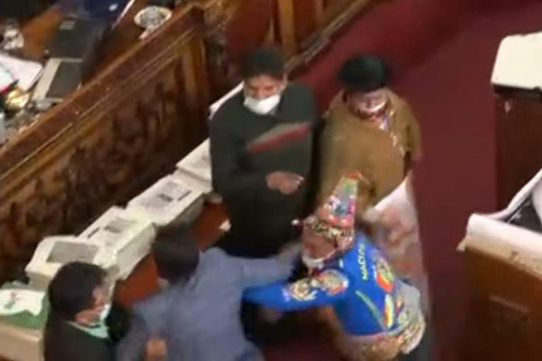El senador Henry Montero, de la opositora Creemos, y el diputado Antonio Colque, del MAS, se agredieron a golpes de puño en el Congreso de Bolivia