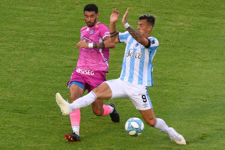 Soraire (izquierda) lucha con Augusto Lotti; Atlético Tucumán le ganó en tiempo de descuento a Arsenal, por la Copa Maradona