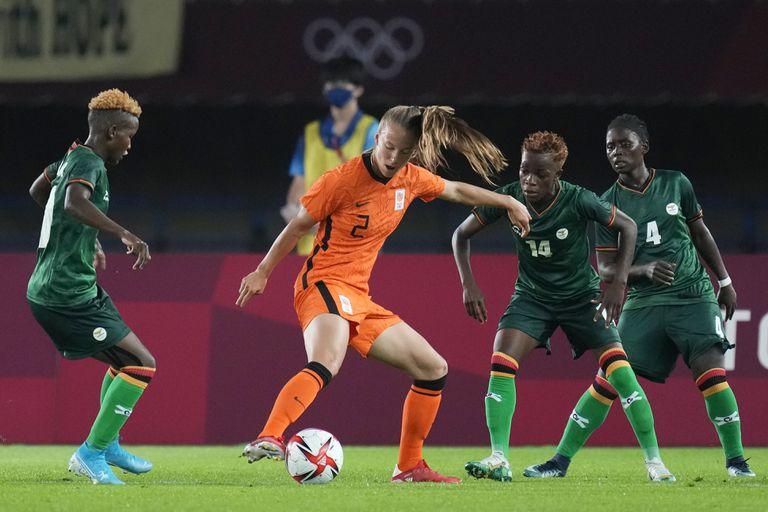 La neerlandesa Lynn Wilms (2) controla la pelota contra Zambia durante un partido de fútbol femenino en los Juegos Olímpicos de Tokio: las europeas ganaron 10-3.