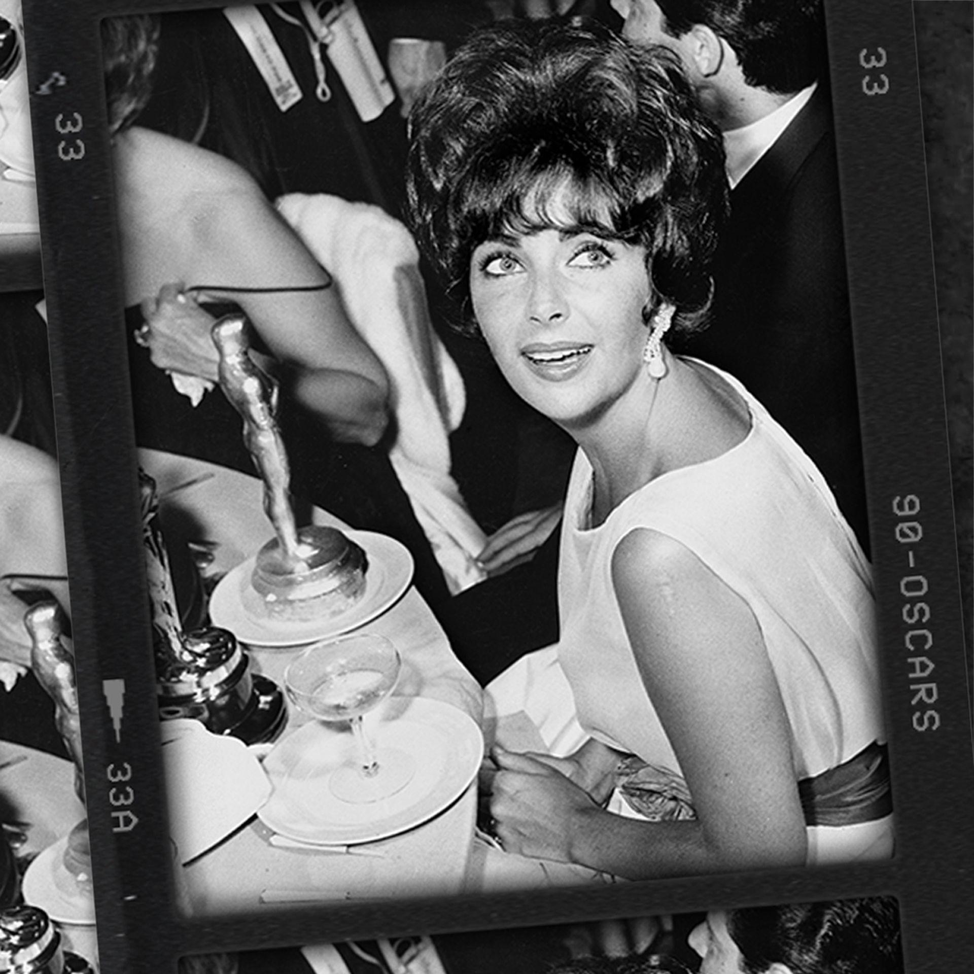 Elizabeth Taylor con su primer Oscar, por Butterfly 8 (1960)