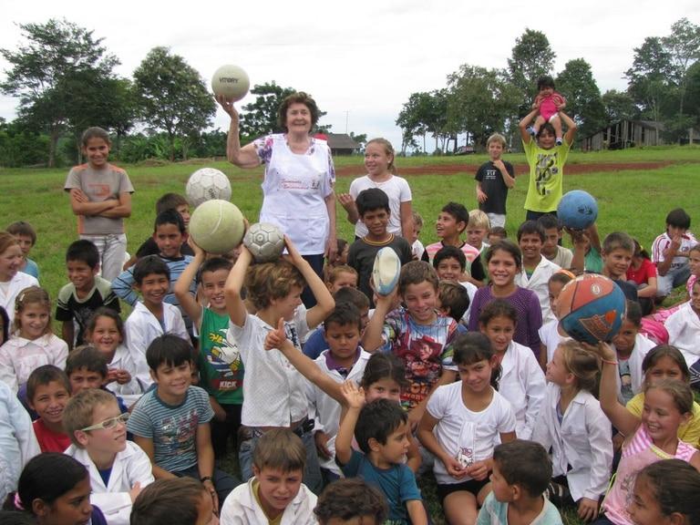Anita rodeada de alumnos de una escuela en el paraje San Ignacio, El Soberbio, Misiones