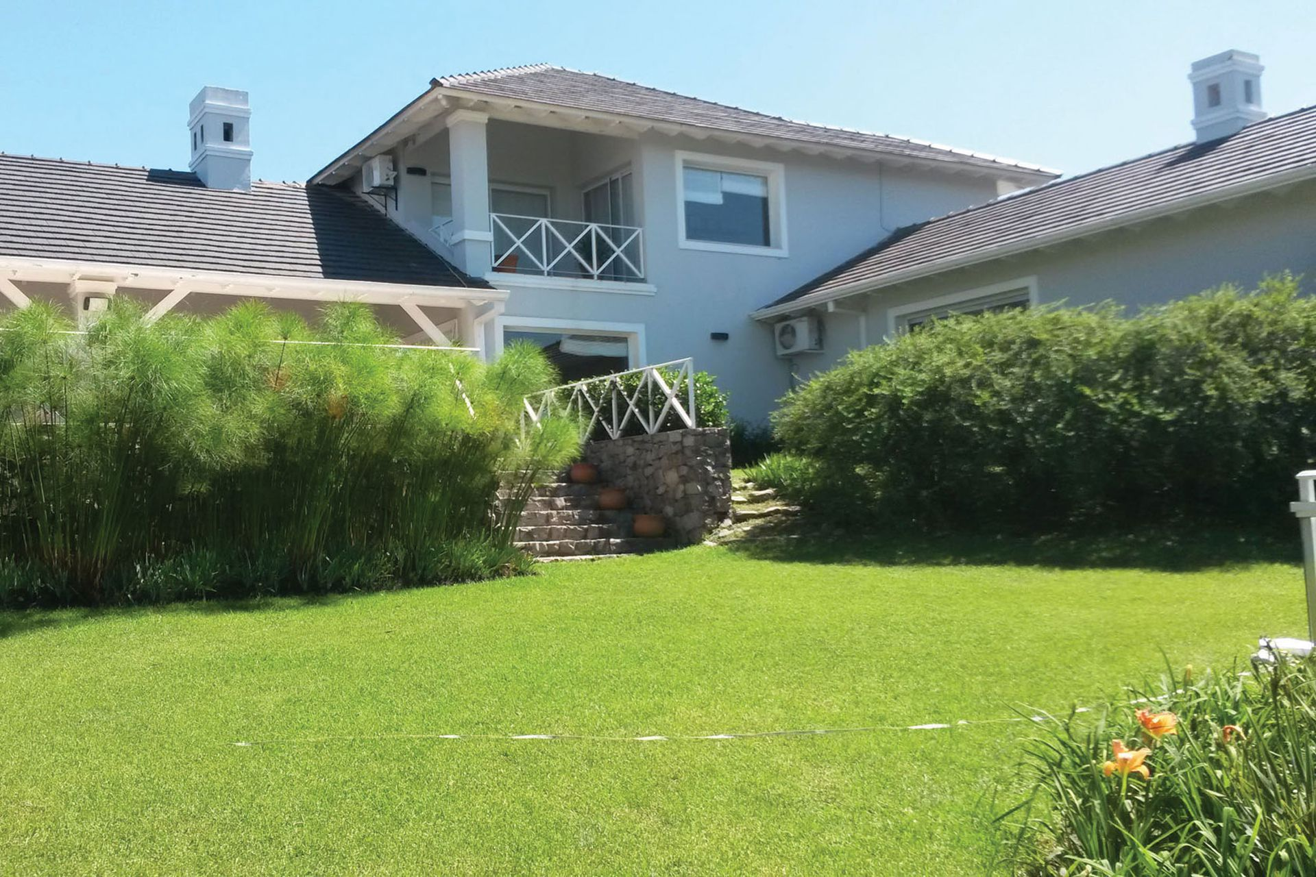 Antes. El contrafrente de la casa tenía barandas de maderas y papiros que cerraban las visuales al jardín.