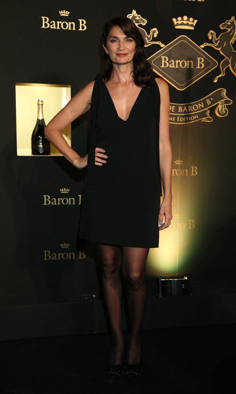 Siempre elegante, Mariana Arias optó por un little black dress con escote en v