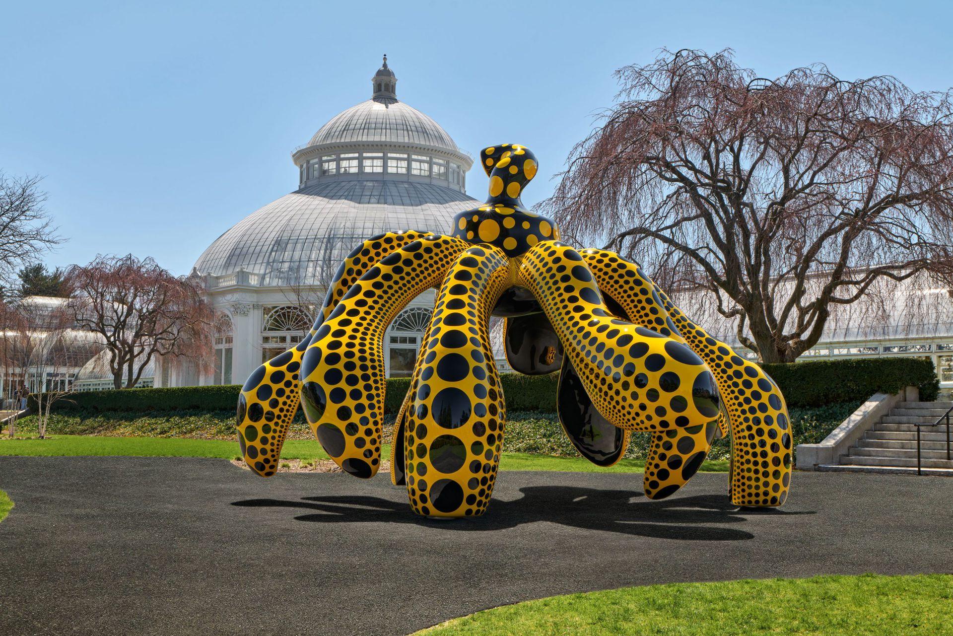 Dancing Pumpkin, 2020. Una monumental escultura de bronce con forma de calabaza pintada en negro y amarillo, ubicada en el jardín del conservatorio.