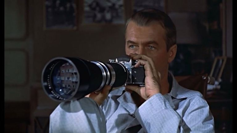 James Stewart espía a sus vecinos en La ventana indiscreta.