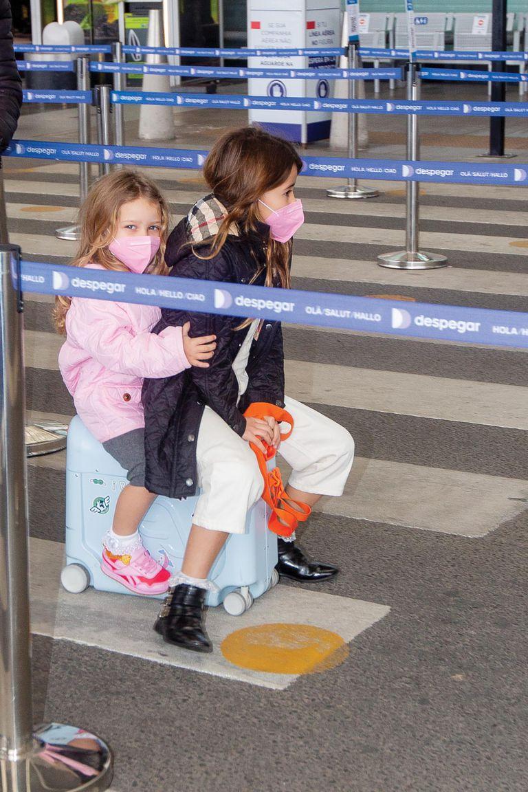 """Rufina (8) y Magnolia (3) juegan con sus valijas-carrito (cuestan 200 dólares). """"Son el mejor invento para viajar con niños. Podés llevar a tus chicos, tienen rueditas y la usan tipo caballitos. Se transforman en cama para viajar y que los chicos vayan acostados"""", contó Eugenia, que tiene una para cada uno de sus hijos"""