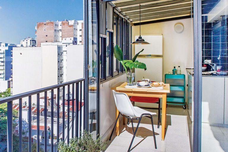 Una cocina ganó vista panorámica y metros con un cerramiento de vidrio en la terraza