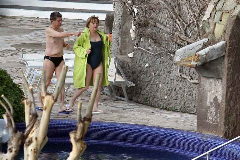 La canciller alemana Angela Merkel y su esposo Joachim Sauer caminan en los baños termales de Sant'Angelo d'Ischia, en el sur de Italia, donde pasan sus vacaciones de Semana Santa, el domingo 31 de marzo de 2013