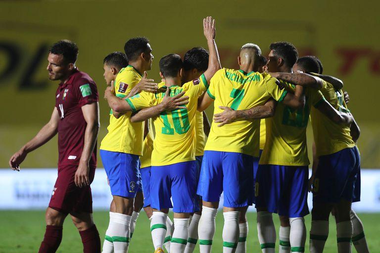 Brasil celebra unido el gol de Firmino, todo un alivio