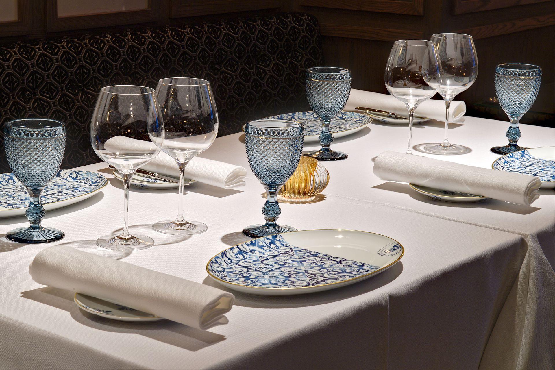 Vajilla en blanco y tonos de azul, una combinación imbatible para una mesa elegante. Aquí en el Grand Sablon de Bruselas