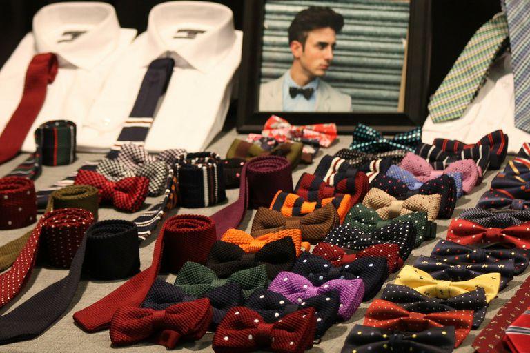 Las casas de vestir de moda masculina venden moños prearmados para quienes no se atreven a anudarlos por si mismos