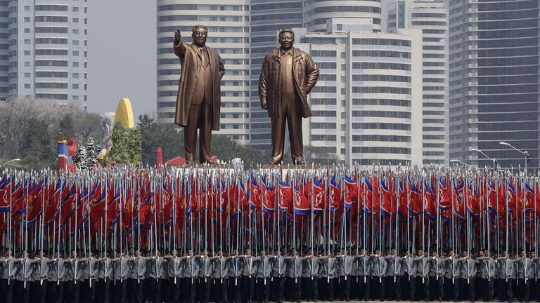 Las estatuas de los líderes Kim Il-sung y Kim Jong-il son objeto de veneración en Pyongyang