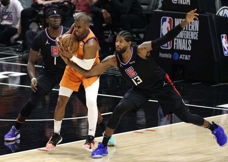 El dueño de la pelota: Chris Paul la atenaza ante la marca de Reggie Jackson y Paul George; el base de los Suns jugó un encuentro fenomenal