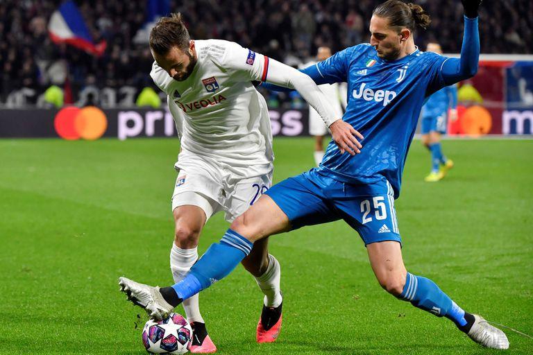 Lucas Tousart, aquí marcado por Adrien Rabiot, hizo el gol de la victoria de Lyon el 26 de febrero; cuatro meses y 10 días más tarde, el 7 de agosto, tendrá lugar la revancha en Turín.