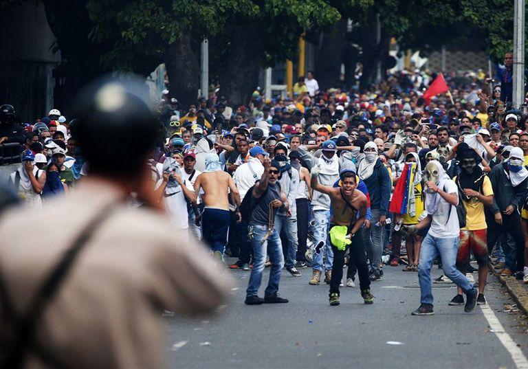 Los manifestantes se enfrentaron, ayer, al cerrarse los accesos al centro de Caracas