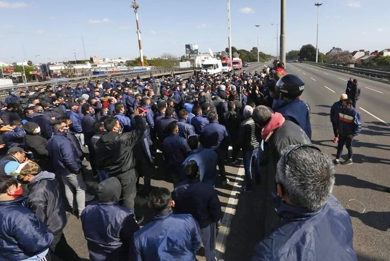 Vista del corte en la General Paz por el asesinato de un colectivero