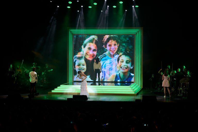 El público del teatro coreó una a una las canciones y estalló en una ovación cuando los hijos de la actriz subieron al escenario