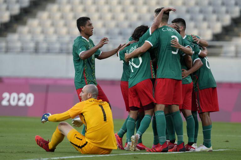 Los jugadores de México celebran el gol de Sebastián Córdova en la victoria 4-1 ante Francia en el fúbtol de los Juegos Olímpicos de Tokio 2020, el jueves 22 de julio de 2022, en Tokio. (AP Foto/Shuji Kajiyama).