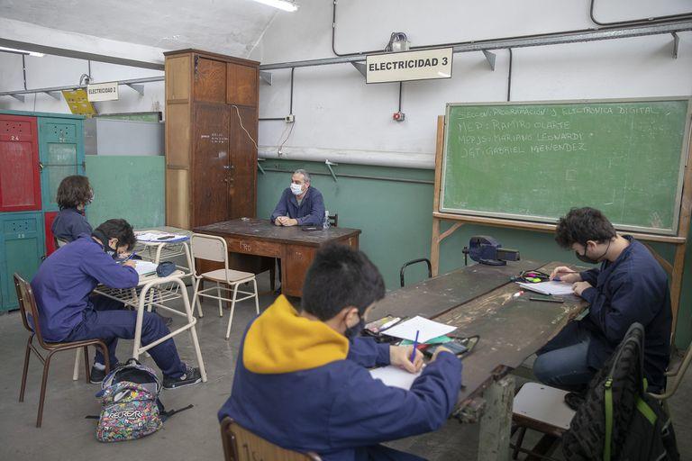 Recorrida por la emblematica secundaria industrial, , Escuela Tecnica Nro 35 Ingeniero Eduarno Latzina, con especialidad en mecanica automotor.