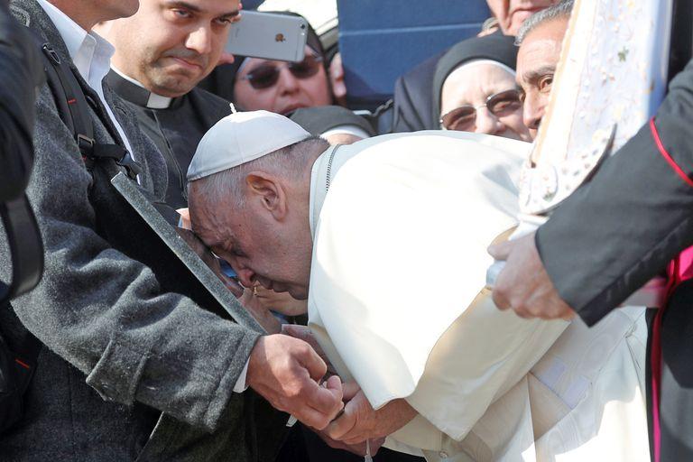 El Papa oró frente a una placa que era anónima en el cementerio de Darwin