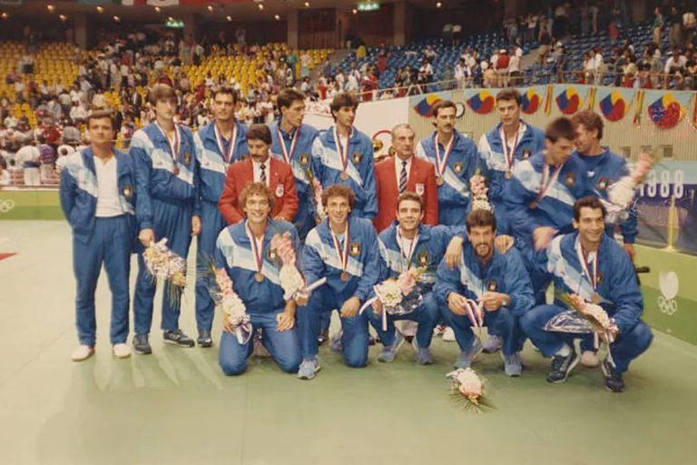 El plantel argentino de vóleibol que le ganó la medalla de bronce a Brasil en Seúl 88; la historia se repitió en Tokio
