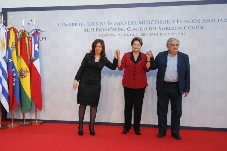 Con la crisis en Paraguay como tema central de las discusiones, Cristina Kirchner se reúne en Mendoza a sus pares de Brasil, Dilma Rousseff, y de Uruguay, José Mujica. También participan Ecuador, Chile, Perú y Venezuela