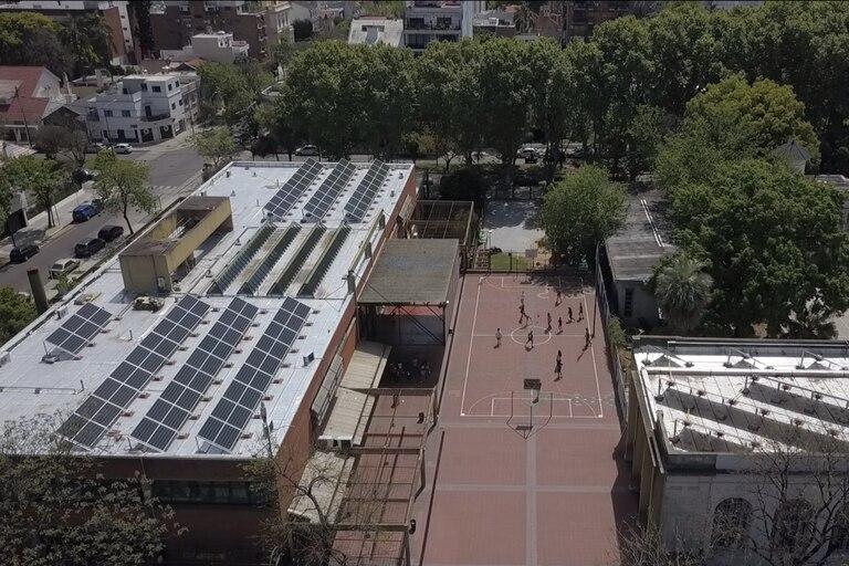 """La instalación de los paneles solares en la Escuela Antonio Devoto nace en el marco de """"Módulos fotovoltaicos Comuna 11"""", proyecto ganador de BA Elige que surgió de la comunidad educativa de la escuela media."""