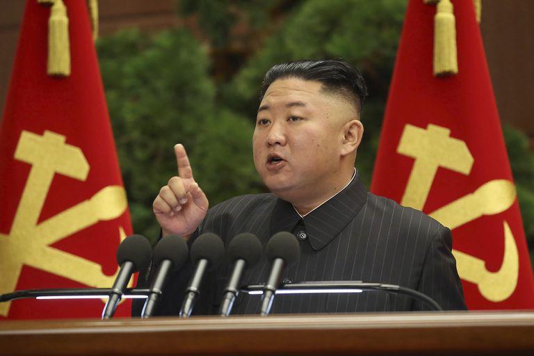 En esta imagen cortesía del gobierno de Corea del Norte, el líder norcoreano Kim Jong Un durante una reunión del Politburó del Partido del Trabajo, en Pyongyang, Corea del Norte. (Korean Central News Agency/Korea News Service via AP)