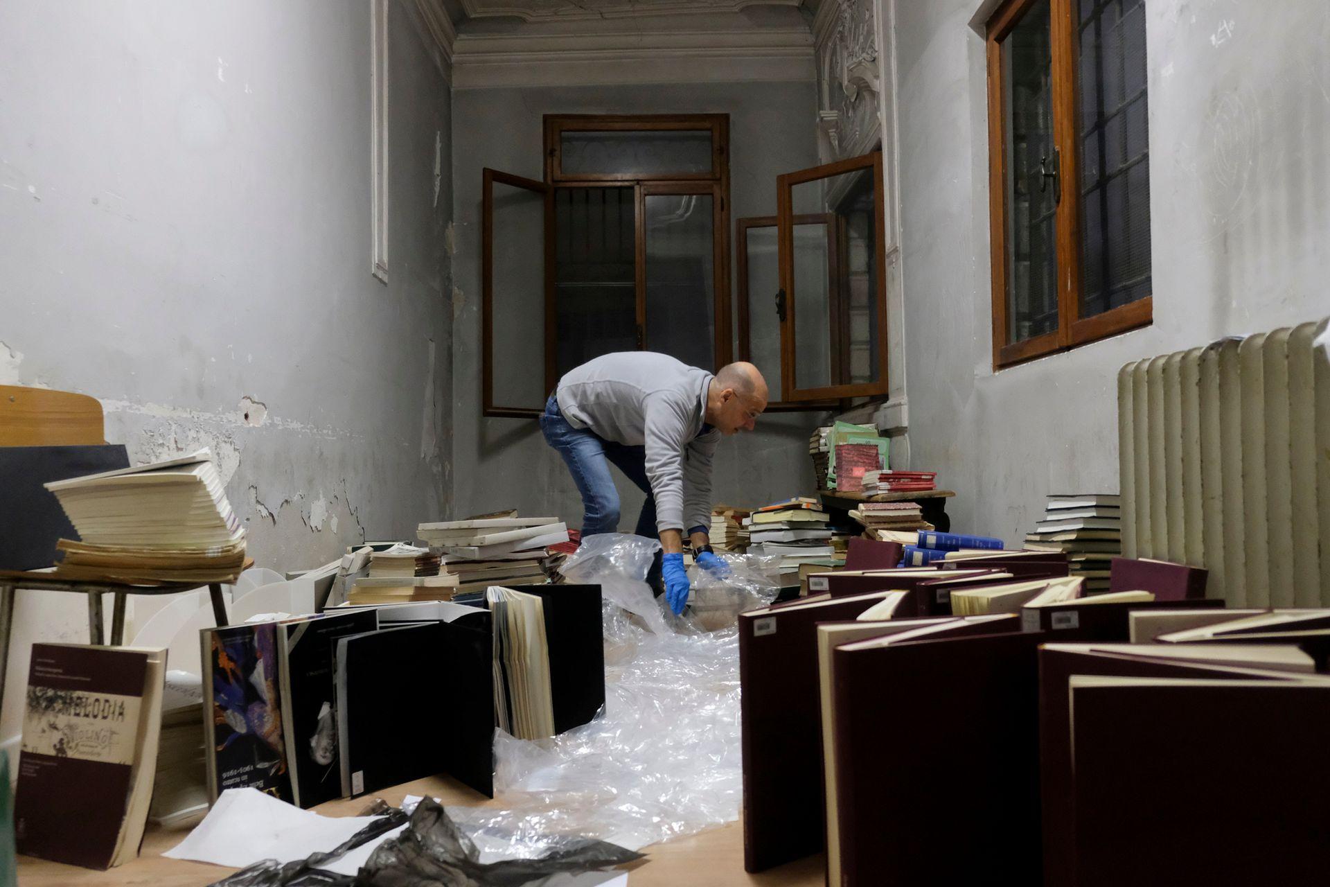 Voluntarios guardan manuscritos del conservatorio de música Benedetto Marcello después de las graves inundaciones en Venecia