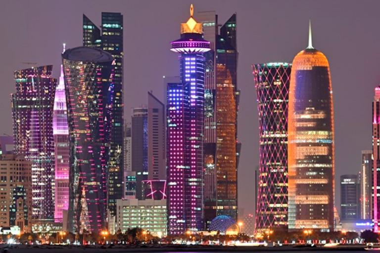 Vista nocturna de Doha, la capital de Qatar