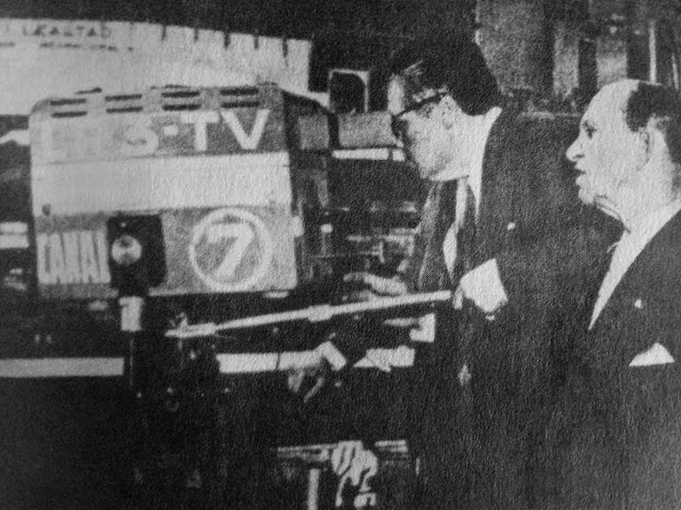 Jaime Yankelevich y Enrique Susini probando una de las cámaras el 17 de octubre de 1951