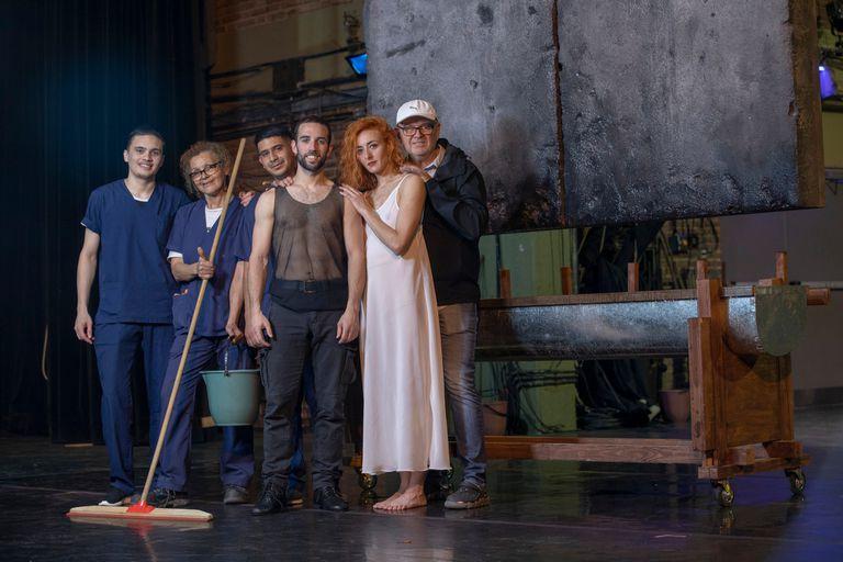 """Una foto con el personal de limpieza del Teatro San Martín como agradecimiento del coreógrafo a su trabajo: """"ellos son muy importantes en esta obra"""""""