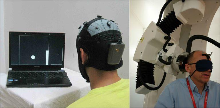 A la izquierda, el emisor con su casco de electrodos. A la derecha, el receptor con el aparato que envía los impulsos a su corteza