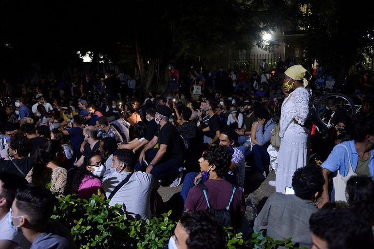 Un grupo de jóvenes intelectuales y artistas se manifiestan a las puertas del Ministerio de Cultura durante una protesta en La Habana, a principios del 28 de noviembre de 2020