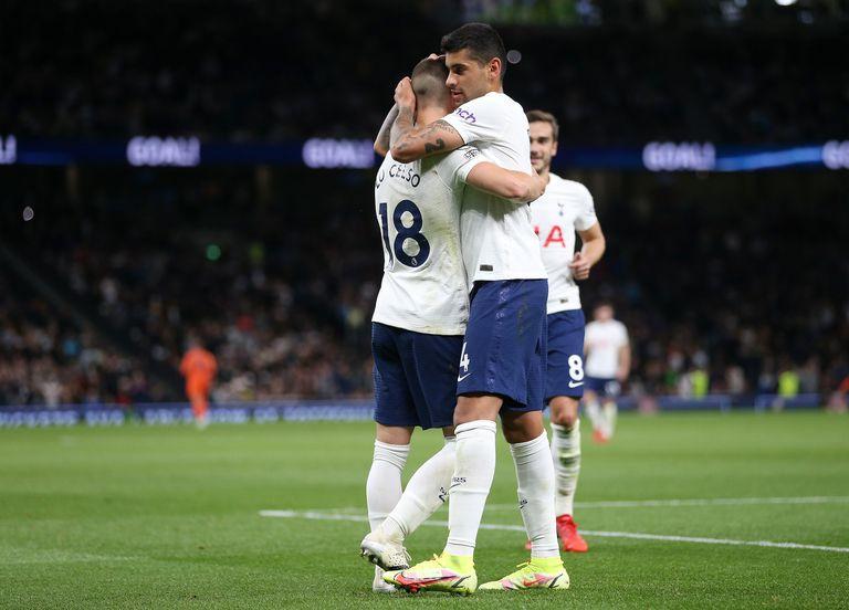 Giovani Lo Celso y Cristian Romero festejan durante un partido entre el Tottenham Hotspur y Pacos de Ferreira