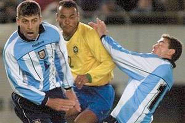 Cafú, entre Samuel y el Kily González, en septiembre de 2001; para el brasileño, aquella época de su selección creó una identidad.