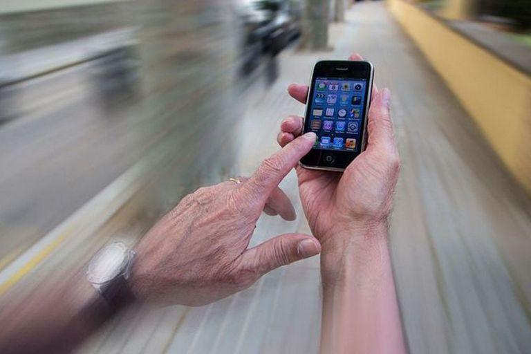 """Dispositivo: desarrollan un """"tercer ojo"""" para los adictos al celular al caminar"""