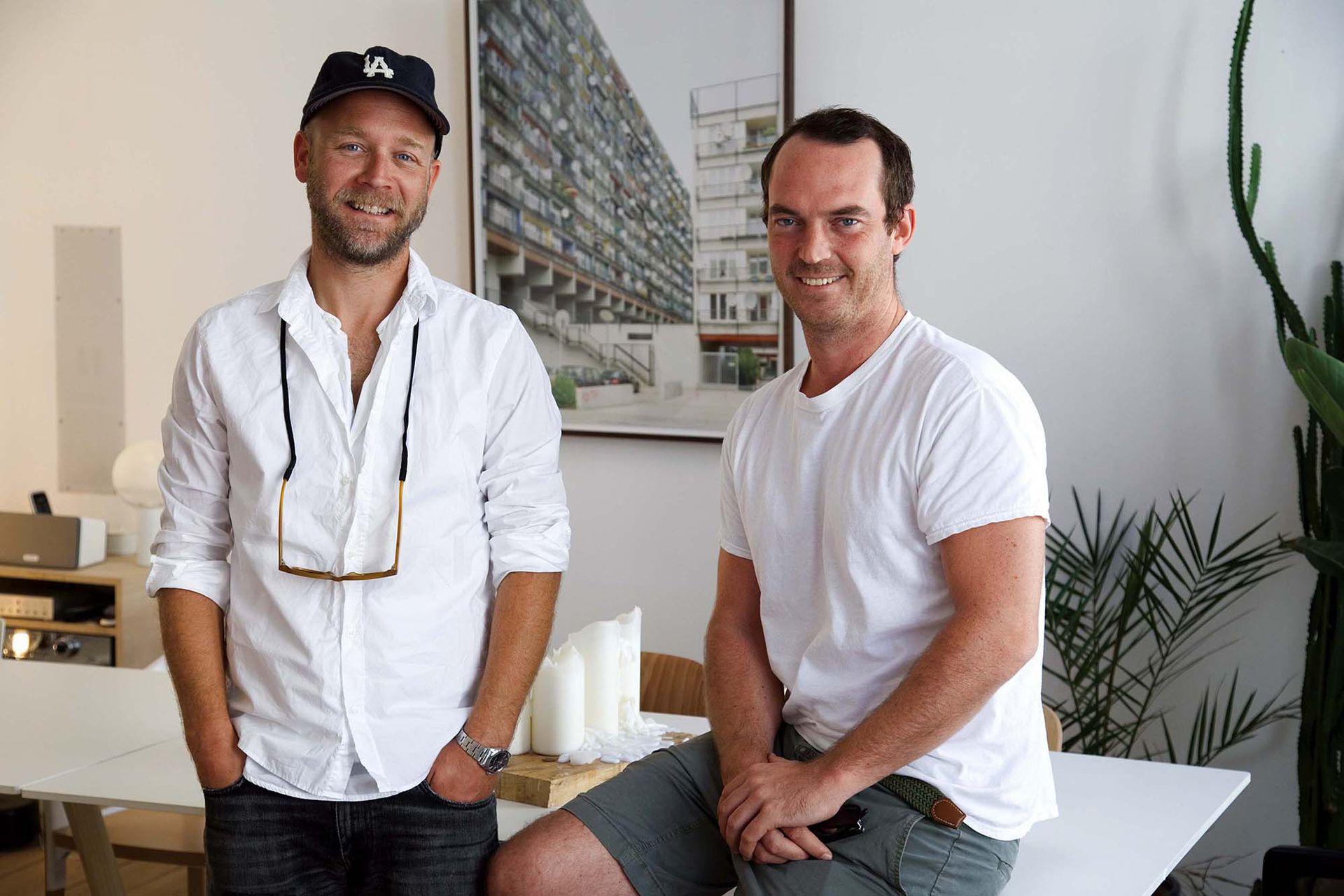 """Frederik y Tim, en una de sus tantas expansiones, """"El Departamento"""", piso que ocuparon en el mismo edificio donde tienen su oficina para darle espacio a todo tipo de encuentros y nuevas asociaciones. Allí comenzó nuestra entrevista."""