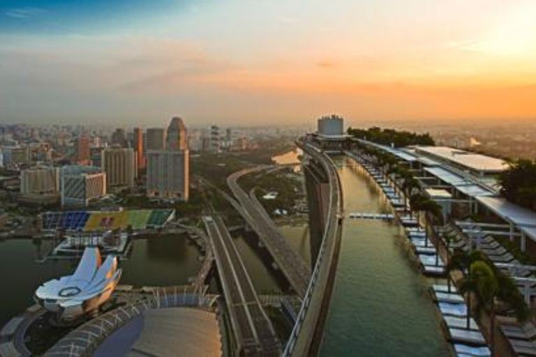 Ubicada a 150 metros de altura, en una de las torres más características de Singapur, se encuentra la pileta más alta del mundo, una maravilla arquitectónica que invita a los turistas que la visitan a nadar con las nubes como horizonte