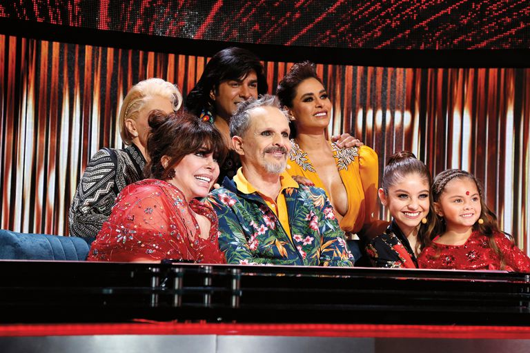 Verónica rodeada de sus compañeros en el jurado de Pequeños gigantes: Miguel Bosé y Galilea Montijo, entre ellos.