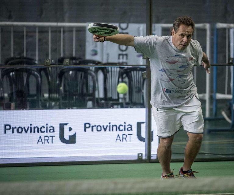 Alejandro Lasaigues, que supo ser número 1 del mundo por una década, es el dueño de 15 cancha de pádel y juega con paletas con entramado de carbono
