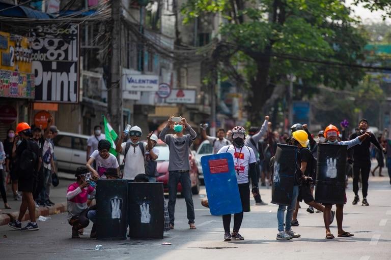 Manifestantes con escudos improvisados