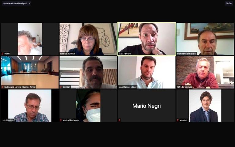 Algunos participantes del Zoom de Juntos por el Cambio ponen placas fijas como imagen y otros aparecen en viaje a sus oficinas. Mauricio Macri hoy se conectó desde su habitación