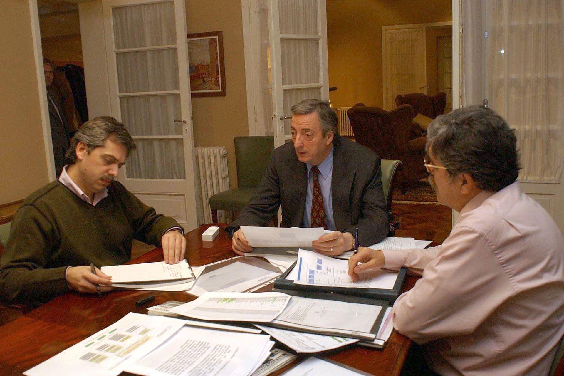 Rio Gallegos, 21 de mayo de 2003. El presidente electo Nestor Kirchner trabaja junto a el jefe de Gabinete Alberto Fernandez y el ministro Julio De Vido
